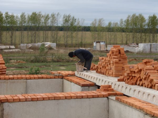Кладка стеновых блоков цоколя