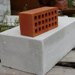 Что лучше выбрать для стен: кирпич или газобетон