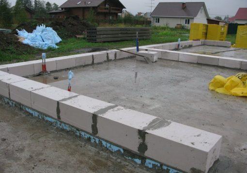 первый ряд газобетона на фундамент